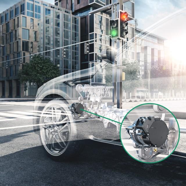 Gläsernes Fahrzeug an roter Ampel mit Nahaufnahme 48V Boost Recuperation Machine