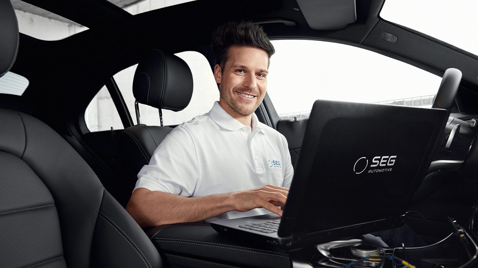 工程师通过笔记本电脑测试车辆
