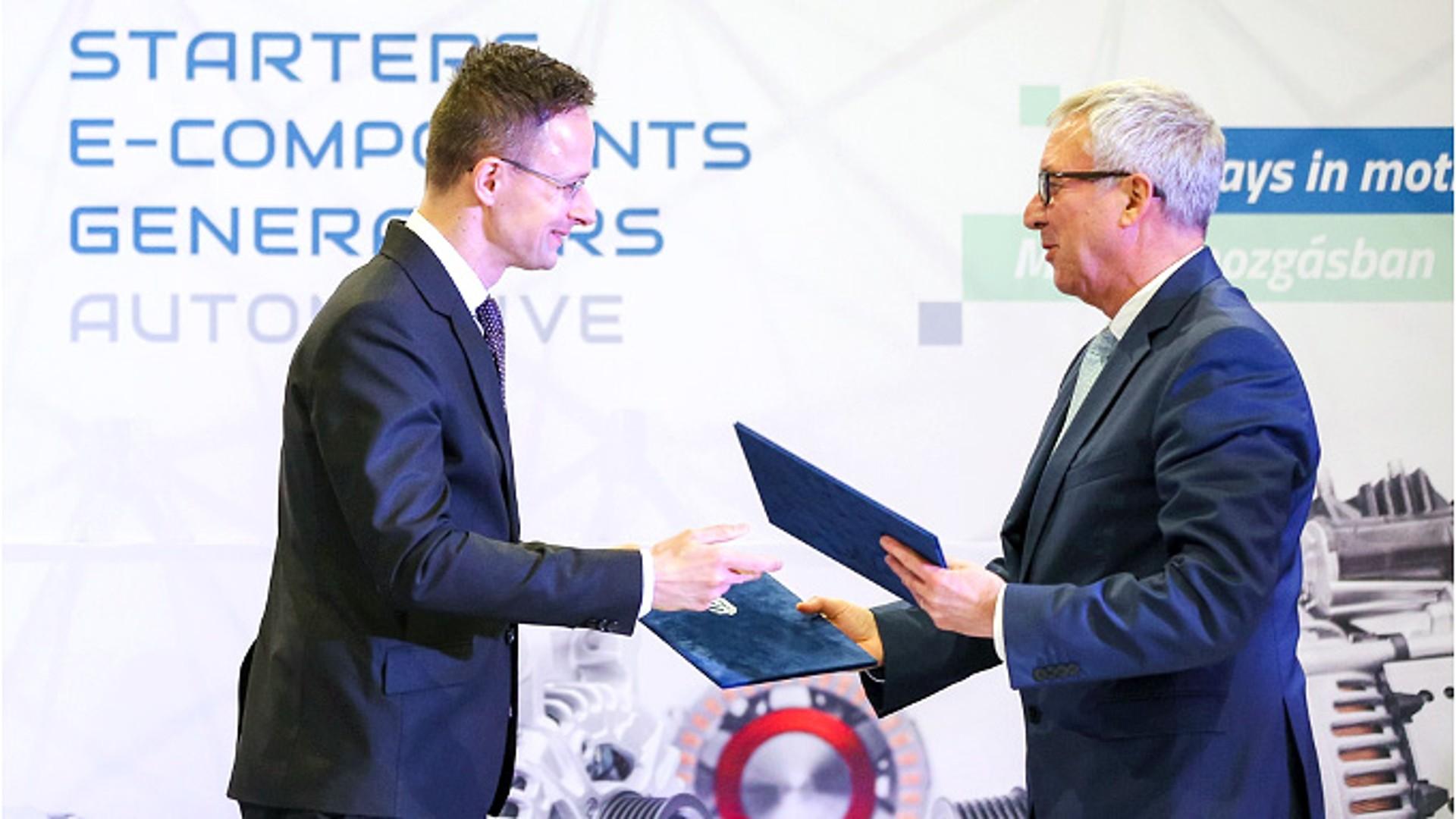 匈牙利部长Péter Szijjártó先生与索恩格汽车的Uwe Mang先生签署合作协议